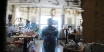 Cómo la búsqueda de tratamientos para Covid-19 flaqueó mientras las vacunas avanzaban rápidamente