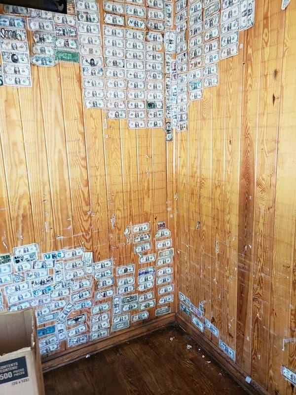 El propietario de Hamburger Joe estima que se retiraron de sus paredes $ 8,000 a $ 10,000 en facturas.